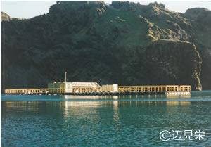 アイスランドのヘイマエイ島の巨大な生簀(いけす)。